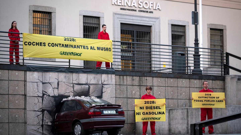 Acción de Greenpeace en la fachada del Museo Nacional Centro de Arte Reina Sofía