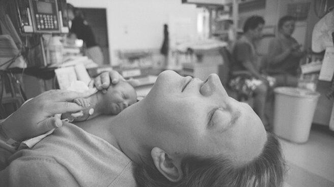 Método Canguro entre una madre y su bebé prematuro.