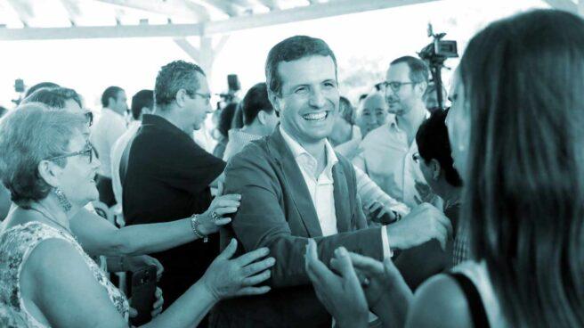 El presidente del PP, Pablo Casado, saluda a varios simpatizantes en La Pobla de Farnals (Valencia).