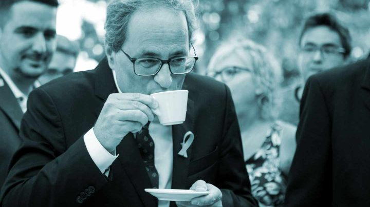El presidente de la Generalitat, Quim Torra toma un café antes de realizar la ofrenda floral ante la tumba de Rafael Casanova.