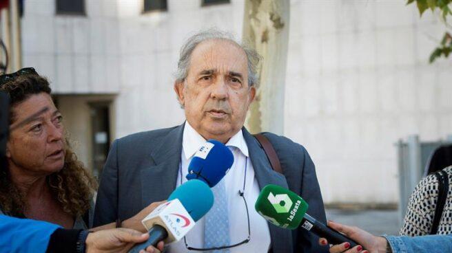 El catedrático Enrique Álvarez Conde, dirigiéndose a los juzgados de Madrid.