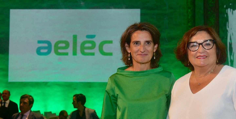 La ministra para la Transición Ecológica, Teresa Ribera, y la presidenta de Aelec, Marina Serrano.