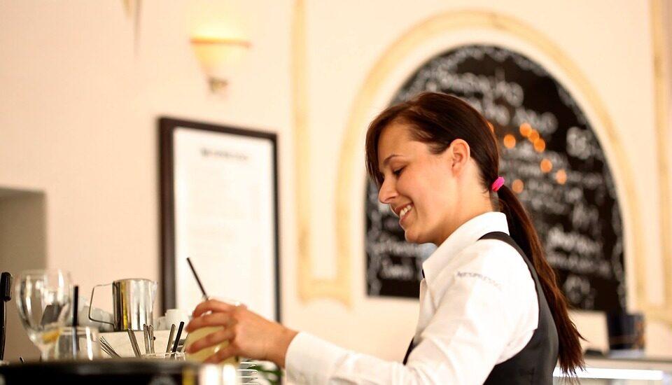 Una camarera durante su jornada laboral.