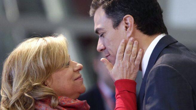 Elena Valenciano saluda a Pedro Sánchez.
