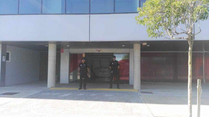 La Policía Nacional registra la clínica de iDental en Zaragoza.