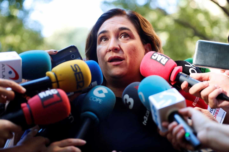 Ada Colau atiende a los medios de comunicación.