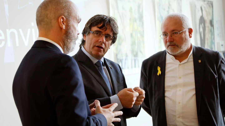 Carles Puigdemont, con miembros de la PXL University College de Hasselt (Flandes).