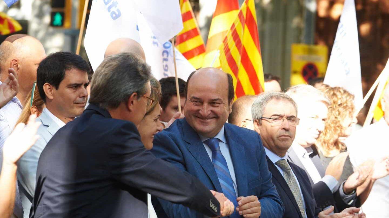 El presidente del PNV, Andoni Ortuzar, saluda a Artur Mas durante la Diada del año pasado.