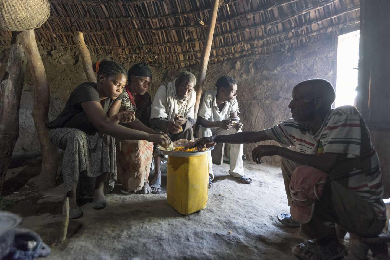 Comida familiar en un hogar de Etiopía