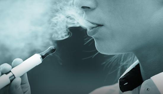 El cigarrillo electrónico está sumido en una gran controversia desde su aparición por su papel contra el tabaquismo.