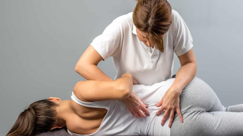 Practicando osteopatía a un paciente.