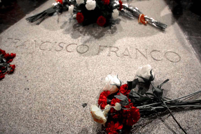 Lápida de Franco en el Basílica del Valle de los Caídos.
