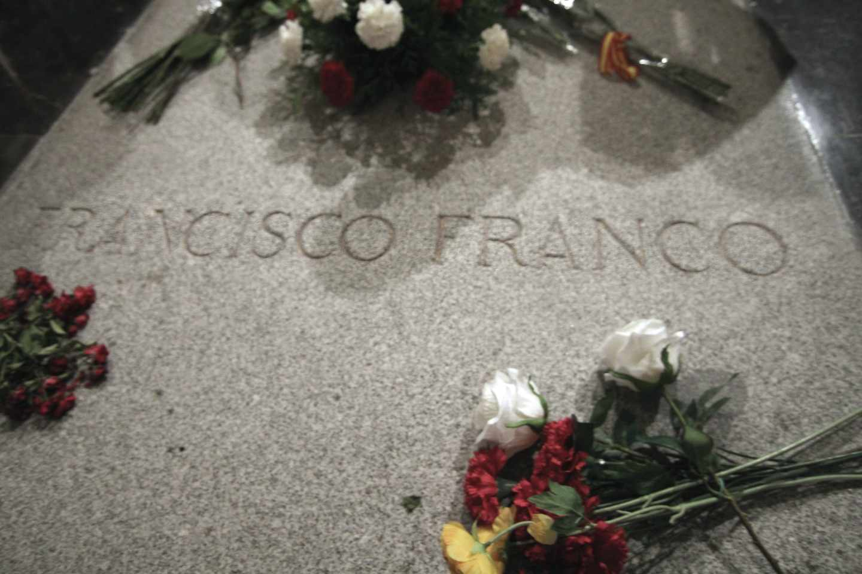 Losa de granito que tapa la sepultura de Francisco Franco en la basílica del Valle de los Caídos.