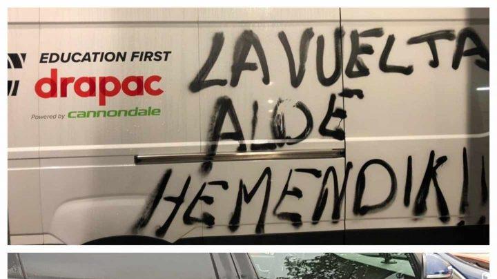 Furgonetas y coches de La Vuelta a España, con pintadas de protesta.