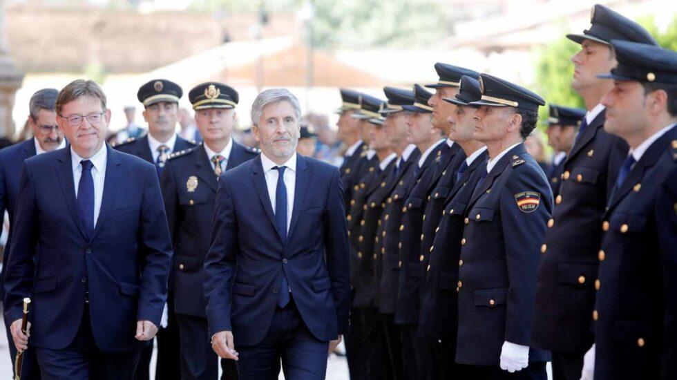 El presidente de la Generalitat, Ximo Puig (d) , y el ministro del Interior, Fernando Grande-Marlaska, en un acto del Día de la Policía en Valencia.