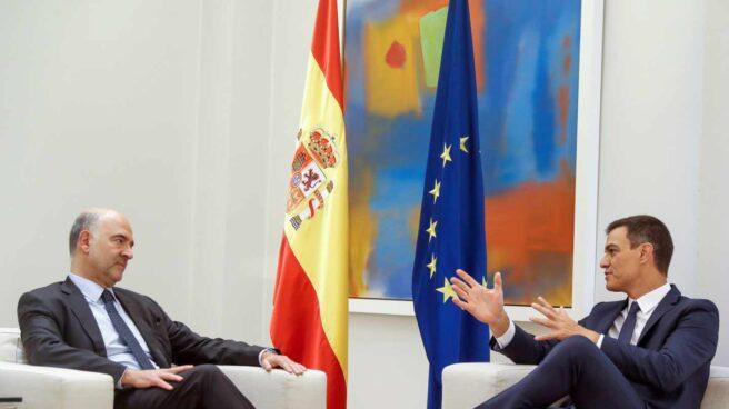 El presidente del Gobierno, Pedro Sánchez, reunido con el comisario europeo de Asuntos Económicos, Pierre Moscovici.