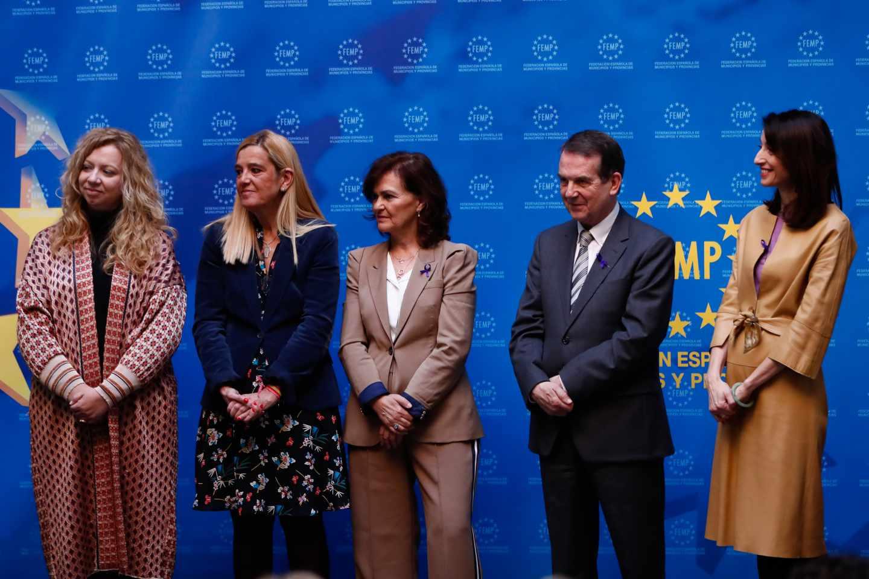 Pilar Llop (derecha), a finales de noviembre en los Premios del VI Concurso de Buenas Prácticas Locales contra la Violencia de Género.