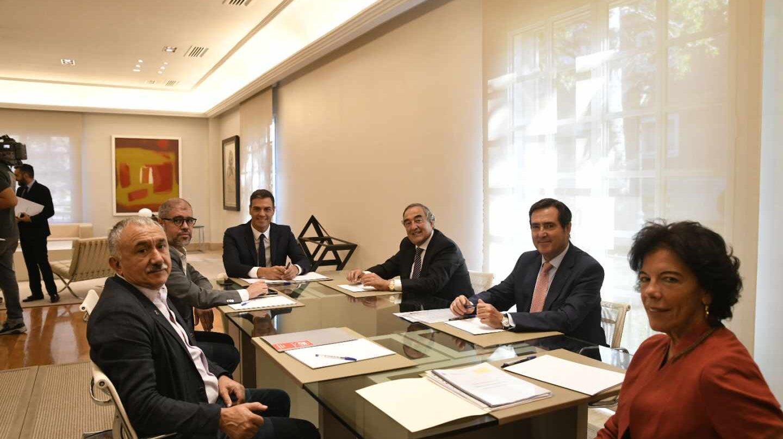 El presidente del Gobierno, Pedro Sánchez, y la ministra de Educación, Isabel Celaá, reunidos con los secretarios generales de CCOO y UGT, Unai Sordo y Pepe Álvarez, y los presidentes de CEOE y Cepyme, Juan Rosell y Antonio Garamendi.
