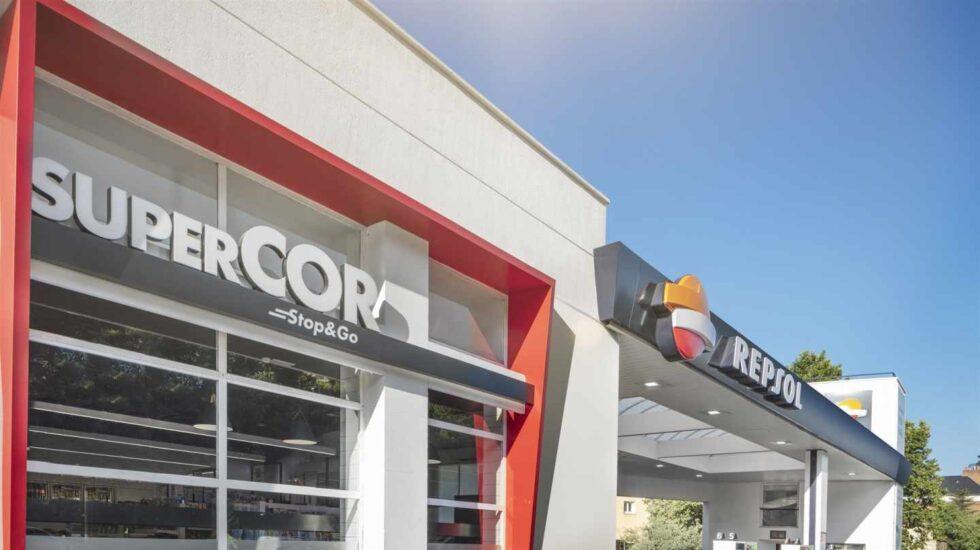 Tienda de Supercor junto a una estación de servicio de Repsol.
