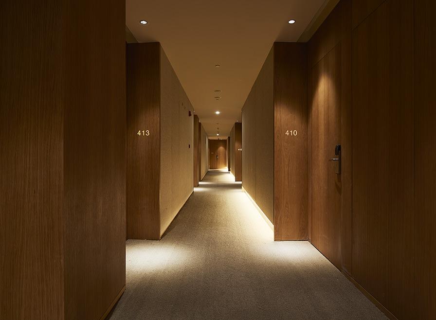Pasillos que dan a las habitaciones de un hotel Muji