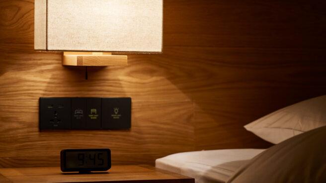 Mesa de noche en hotel Muji
