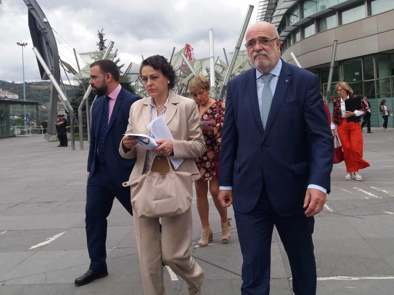La ministra de Trabajo, Magdalena Valerio, junto al delegado del Gobierno en País Vasco.