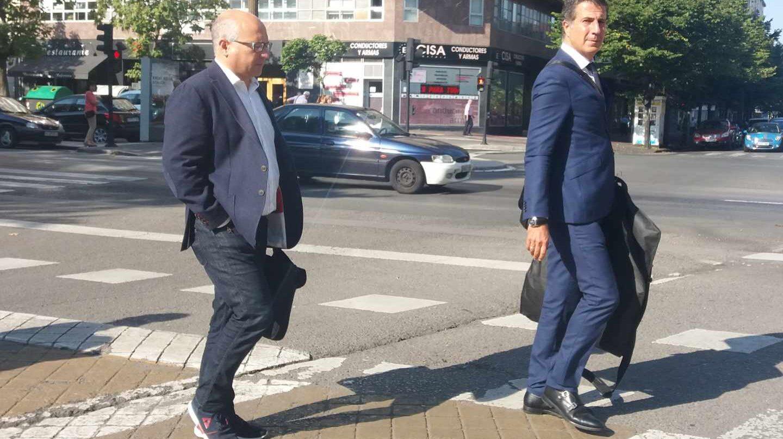 Alfredo De Miguel, junto a su abogado, a la salida de la Audiencia Provincial de Alava.