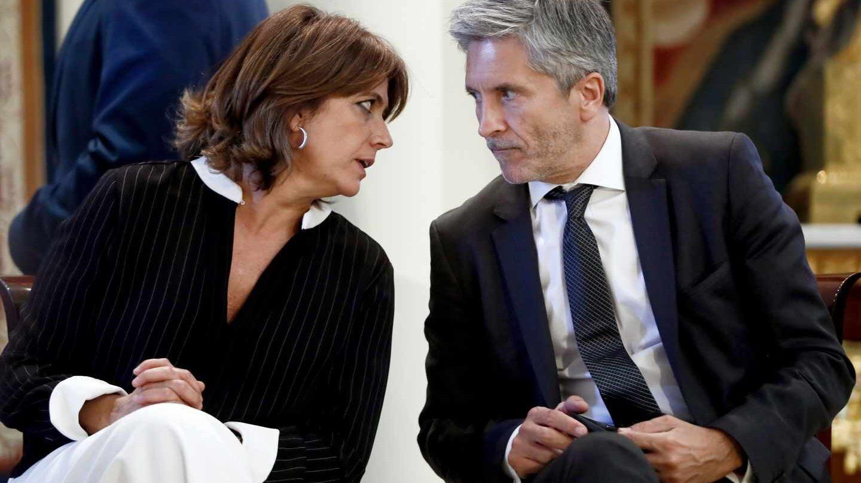 El ministro del Interior, Fernando Grande-Marlaska, conversa con la titular de Justicia, Dolores Delgado.