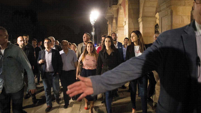 Inés Arrimadas y otros diputados de Ciudadanos salen del Parlament bajo protección.