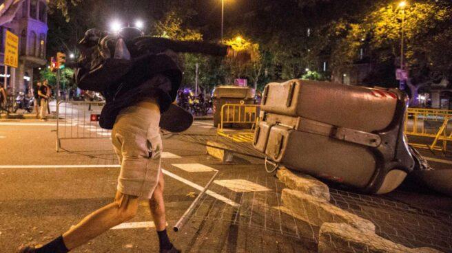 Un manifestante lanza piedras a los Mossos d'Esquadra en Barcelona.