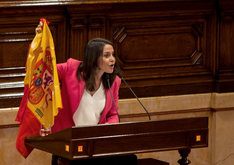 Inés Arrimadas exhibe la bandera de España en el Parlament.