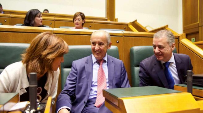 El lehendakari, Iñigo Urkullu, conversa con sus consejeros de Autogobierno y Educación en el Parlamento Vasco.