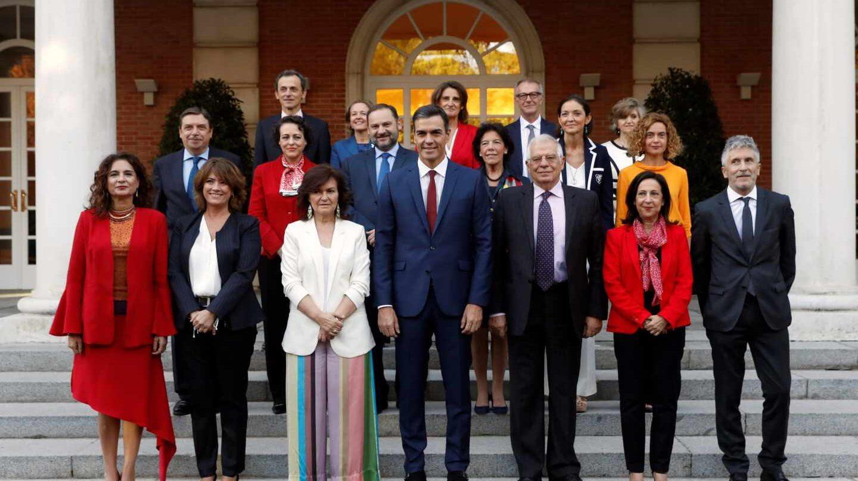 Los ministros posan con el presidente Pedro Sánchez en la Moncloa.