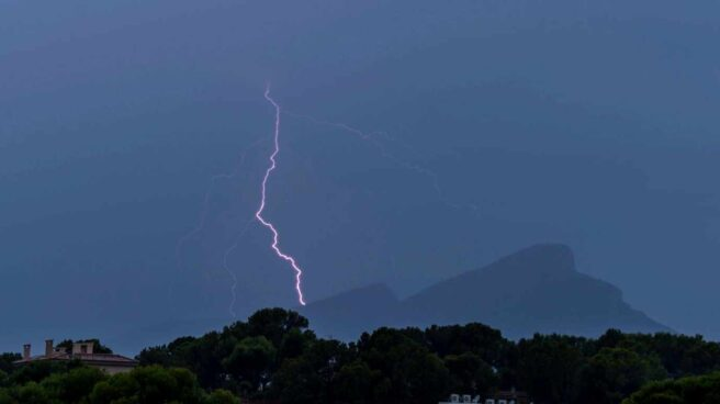 Un rayo cae sobre la isla de Dragonera, en Mallorca.