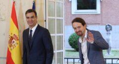 Pedro Sánchez y Pablo Iglesias firman el acuerdo para los presupuestos.