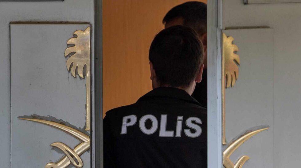 Un policía turco entra en el consulado de Arabia Saudí en Estambul.