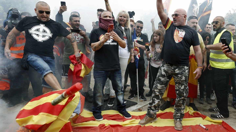 Manifestantes en Montjuic queman banderas independentistas catalanas.