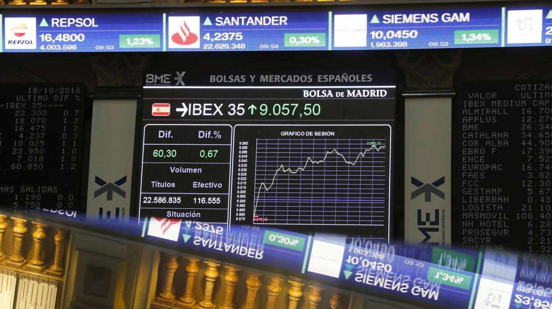 Pantallas de cotización en el interior de la Bolsa de Madrid.