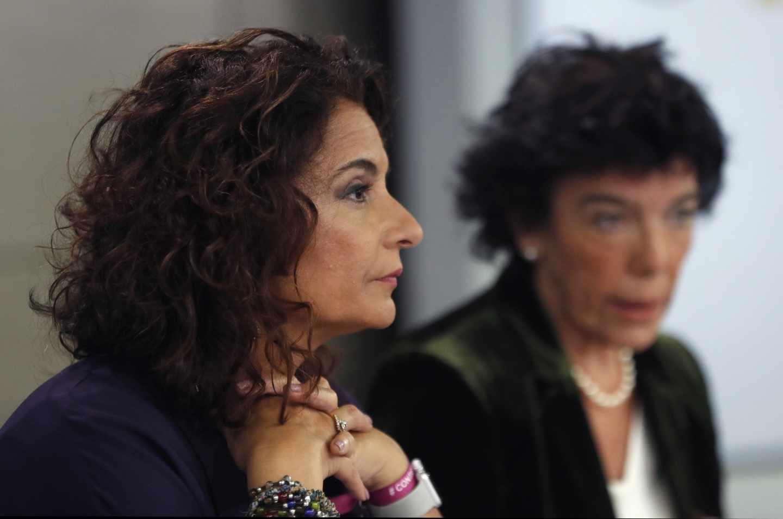 La ministra de Hacienda, María Jesús Montero, y la portavoz del Gobierno, Isabel Celaá.