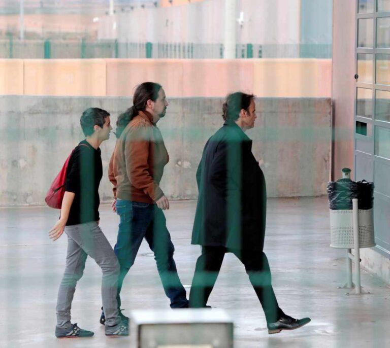 Los Comuns tensan la investidura de Sánchez e Iglesias