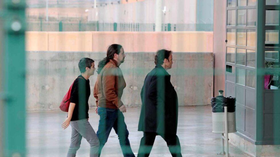 Pablo Iglesias, Lucía Martinez y Jaume Asens entrando en la prisión de Lledoners para reunirse con Oriol Junqueras.