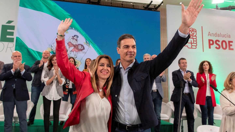 La presidenta andaluza, Susana Díaz, y el presidente del Gobierno, Pedro Sánchez, saludan al inicio de la reunión del comité director del PSOE-A hoy en Sevilla, donde Díaz será nombrada candidata a las elecciones andaluzas.