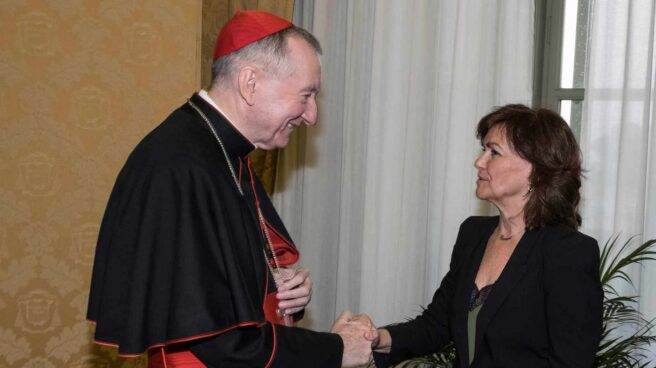 La vicepresidenta del Gobierno, Carmen Calvo, saluda al secretario de Estado vaticano, Pietro Parolin.