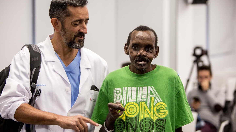 El cirujano Pedro Cavadas, junto al paciente keniano en Manises.
