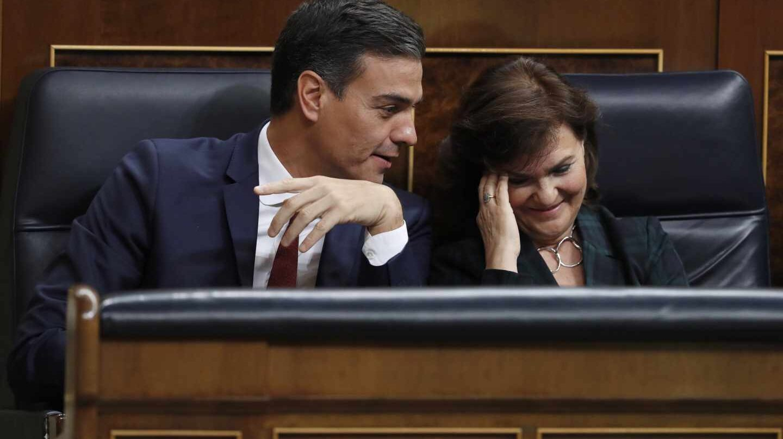 El presidente del Gobierno, Pedro Sánchez, conversa con la vicepresidenta, Carmen Calvo, durante la sesión de control al Ejecutivo.