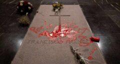La tumba de Franco pintada de rojo.