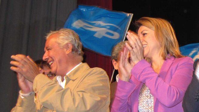 Javier Arenas y María Dolores de Cospedal, en un acto de campaña en Écija (Sevilla).