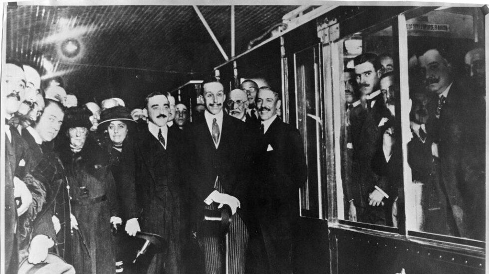 Alfonso XIII, en una imagen que debió ser retocada en la época: el Rey apareció con los ojos cerrados y se los pintaron después.