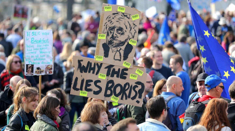 """Decenas de miles de personas recorren esta tarde el centro de la ciudad, convocadas por la campaña """"People's Vote"""", que exige que se someta a votación el acuerdo al que pueda llegar la primera ministra, la conservadora Theresa May, con Bruselas sobre los términos de salida del país de la UE."""