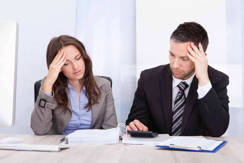 Empresarios revisando facturas